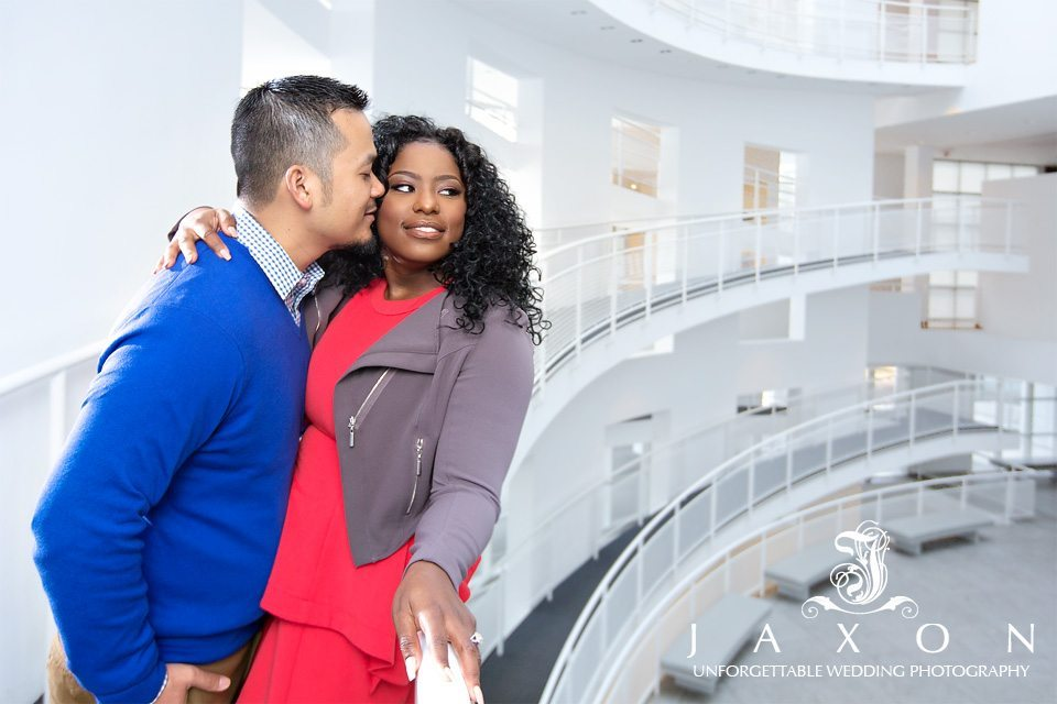 Couple on ramp in Atlanta's High Museum of Art | High Museum engagement